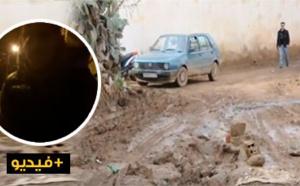 مواطن ناظوري يفجر غضبه على المسؤولين بعدما كادت الأمطار أن تغرق حي براقة