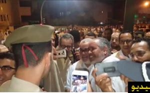 العشرات من المصلين  يتجمهرون حول إبن كيران بعد أداءه لصلاة التراويح بإحدى مساجد الرباط