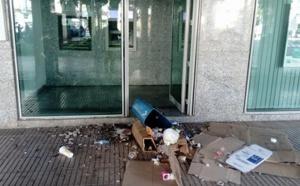 صور.. متشرد يعرض وكالة بنكية وسط الناظور للتخريب وتكسير واجهتها الأمامية