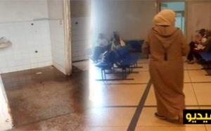فضيحة بالفيديو.. أكبر مستشفى بالعاصمة بدون أطباء والمرضى يفترشون الأرض في عز رمضان