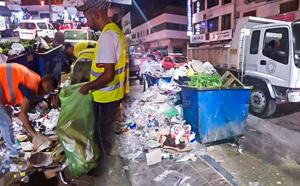 جماعة الناظور تستنفر شاحناتها وعمالها لإجلاء مخلفات الباعة الجائلين وسط المدينة