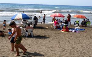 """أسر بالريف تفضل الشواطئ """"النائية"""" هربا من الإزدحام والغلاء رغم غياب التجهيزات الضرورية"""