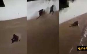 شاهدوا بالفيديو.. سيول جارفة تجر مواطنا حاول عبور شارع بمدينة الحسيمة