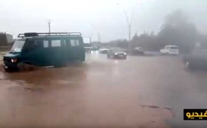 """شاهدوا بالفيديو.. مواطنون """"يسبحون"""" بسياراتهم للتنقل بين الناظور وسلوان"""