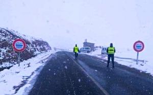 نشطاء مواقع التواصل الاجتماعي بتفاعلون إيجابيا مع صور لرجال الدرك الملكي وسط الثلوج